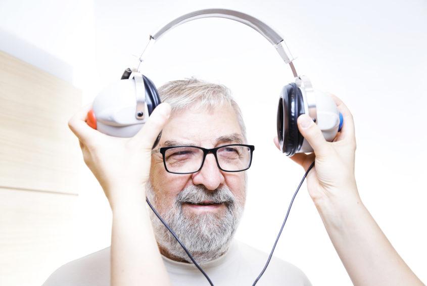 badania sluchu u osoby starszej